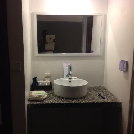 The Flora Boutique Hotel: Wash Basin Outside The Bathroom