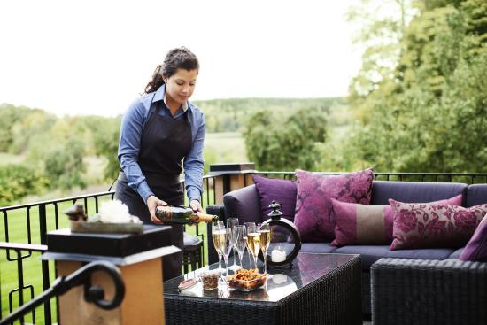 Thoresta Herrgard: Ett glas champagne på terassen