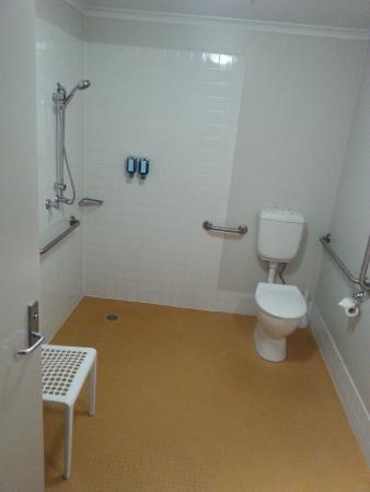 Quality Hotel Woden: accessible bathroom