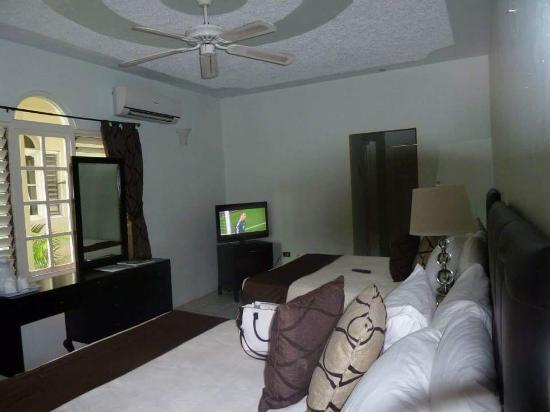 Travellers Beach Resort Comfortable Shady Room
