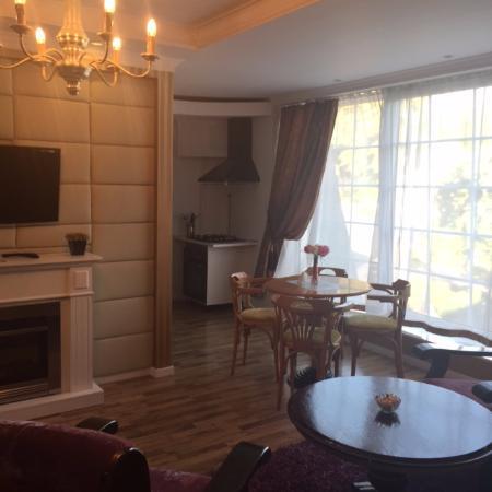 Alpetri Apartments: Гостиная