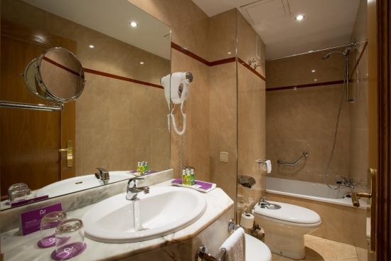 Ayre Hotel Ramiro I: Baño