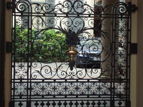 Il cancello in ferro battuto - Foto di Casa Toscanini, Milano ...