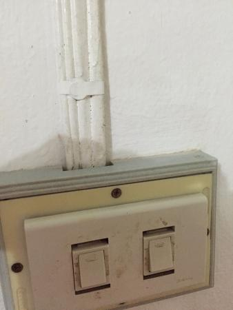 Malany Villa 1: polvo de meses o años en interruptor de la luz y cables..