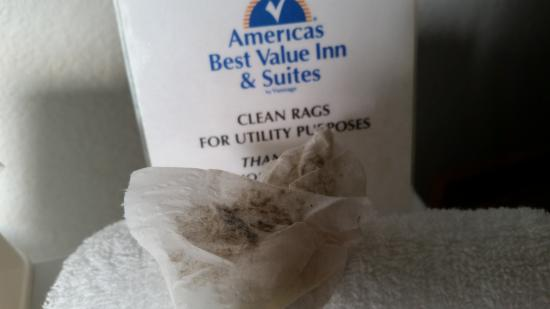 Americas Best Value Inn & Suites : Dustfrom top of Bedframe and Artwork