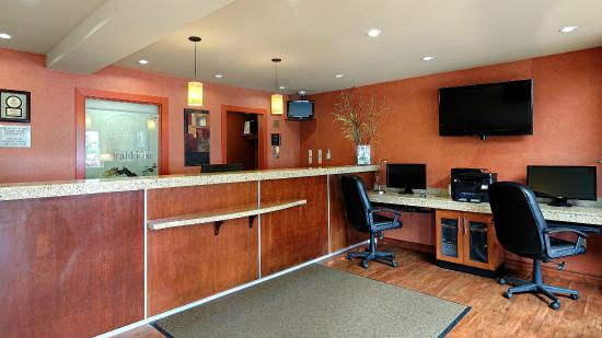 BEST WESTERN PLUS Emerald Isle Hotel: Front Desk and Business stations