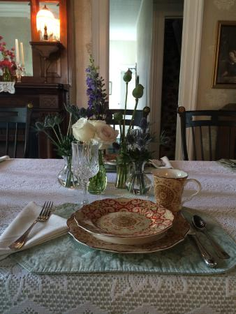 Captain Montague's Bed and Breakfast: The table is set and ready for your visit