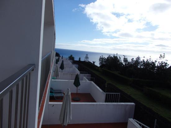 Agua de Pau, البرتغال: Vista de las terrazas y balcones de los apartamentos
