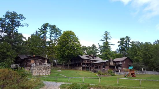Alpine Village Resort: view of all the lake view cabins from private beach. There are more cabins behind these ones.