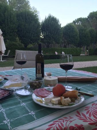 Loriol-du-Comtat, France: Wine in the garden