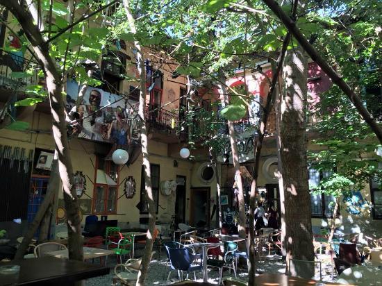 Grandio Party Hostel: Courtyard