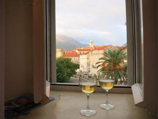 Korcula Royal Apartments: Wine with a view!