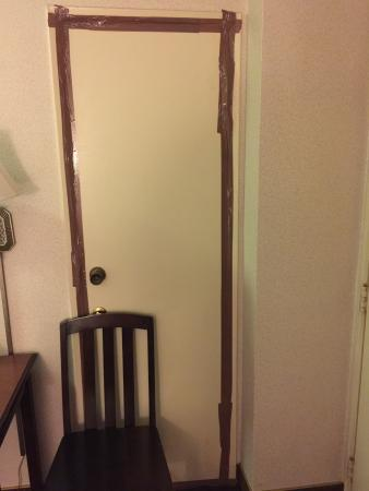 Studio City Court Yard Hotel: Our room had a door to the adjoining room.  Take a look!!!