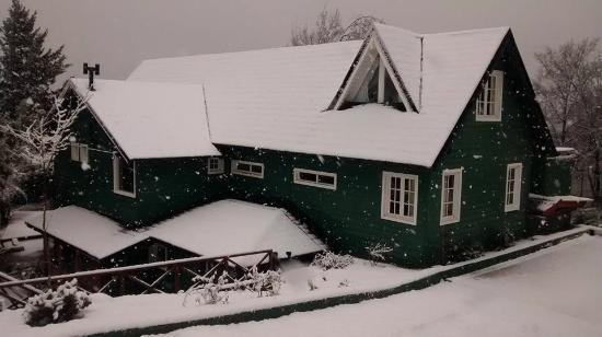 Green House Hostel Bariloche: Vista desde la calle