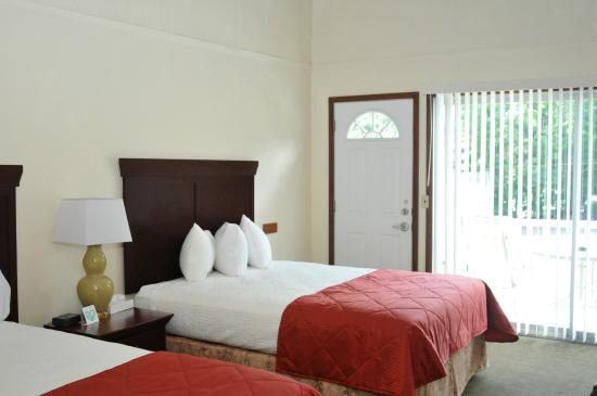 Tea Island Resort: Interior of rooms with 2 Queen beds
