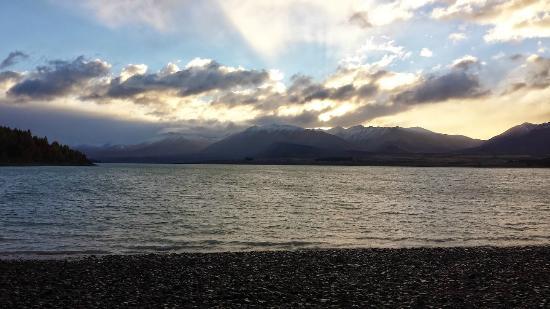 LakeFront Backpackers Lodge: Sunrise