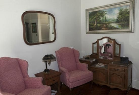 Audubon Park House Bed & Breakfast: Garden Room corner