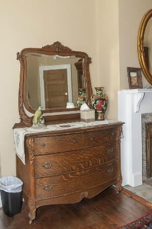 Audubon Park House Bed & Breakfast: Garden Room dresser