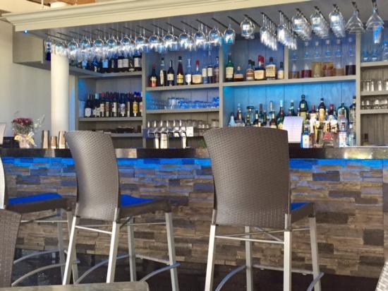East Marion, NY: Very pretty bar area