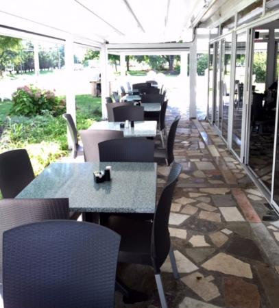 East Marion, estado de Nueva York: Outdoor dining space