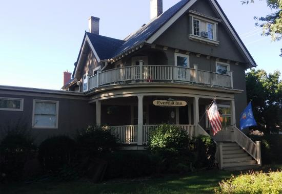 Everest Inn B & B: Great curb appeal