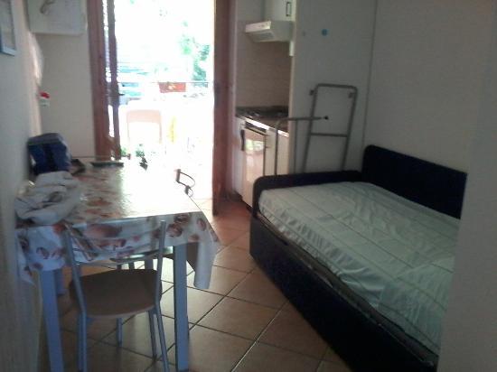cucina/sala da pranzo/ letto a castello-divano - Picture of Camping ...