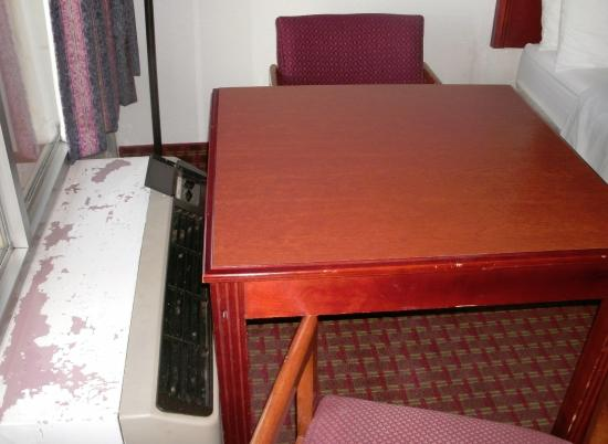 Econo Lodge: Table too large for placement between bed & AC