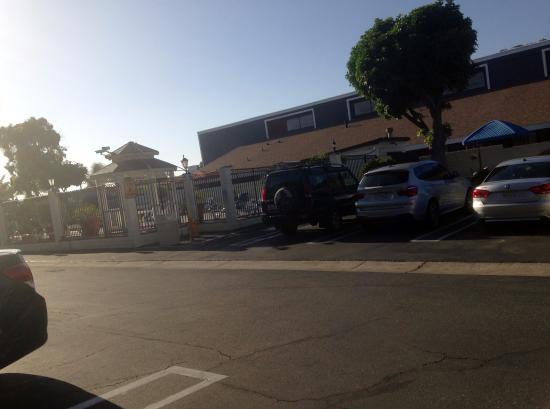 Huntington Beach Inn: Estacionamento em frente aos quartos