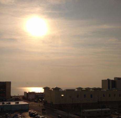 La Quinta Inn & Suites Virginia Beach : The sunrise over the ocean!