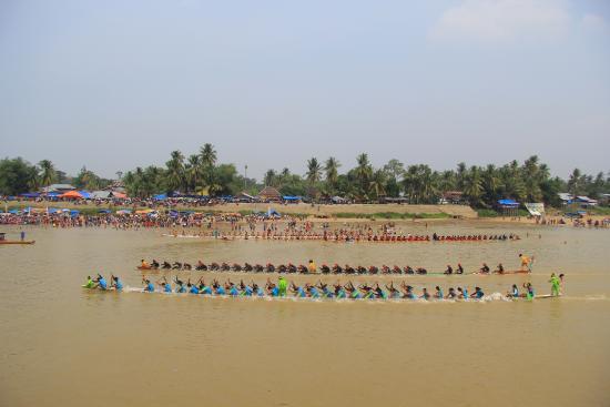 Riau Province, إندونيسيا: Panjang Jalur (perahu 37m di awaki 54-63 org anak dayung dibuat dari Kayu Log