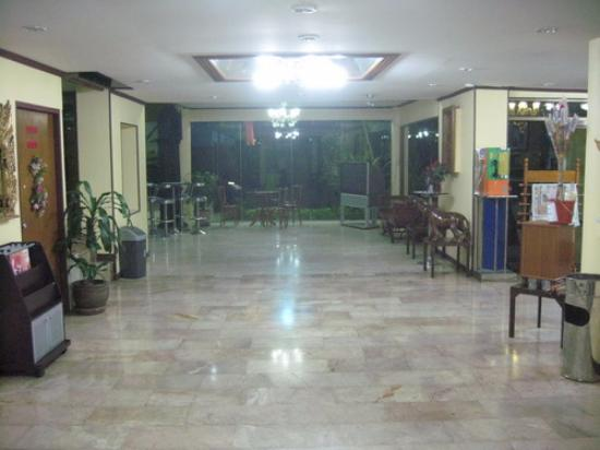 New Mitrapap Hotel: แผนกต้อนรับ