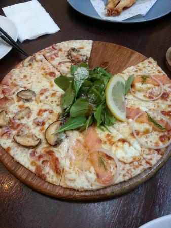 On The Table Tokyo Cafe: พิซซ่าแซลมอนรมควัน