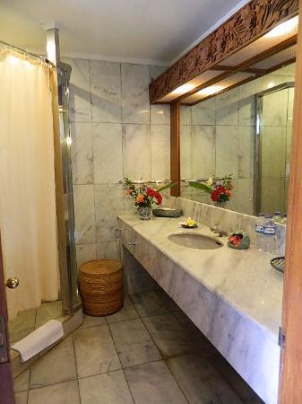 Puri Padi Hotel: kamar mandi yang bersih