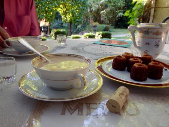 Solignac, فرنسا: Garden meal