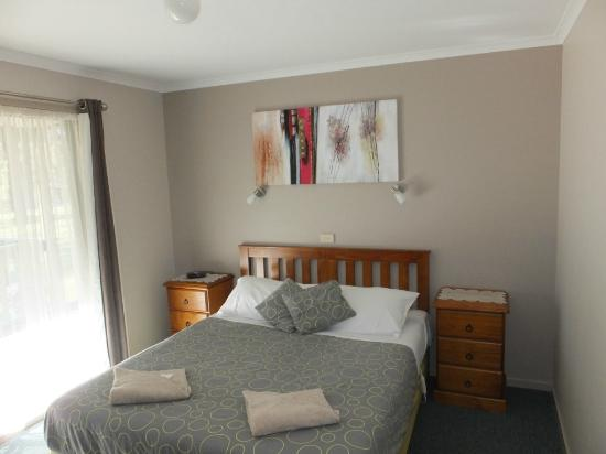 Lakes Entrance Country Cottages: main bedroom