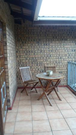 Anna's Bed & Breakfast: Butterfly Room - Family Room - Balcony overlooking the Garden and Swimmingpool