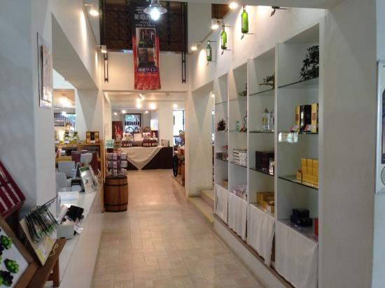 Chateau Kamiya: ショップ内部 ワイン、ビール、その他を販売してます