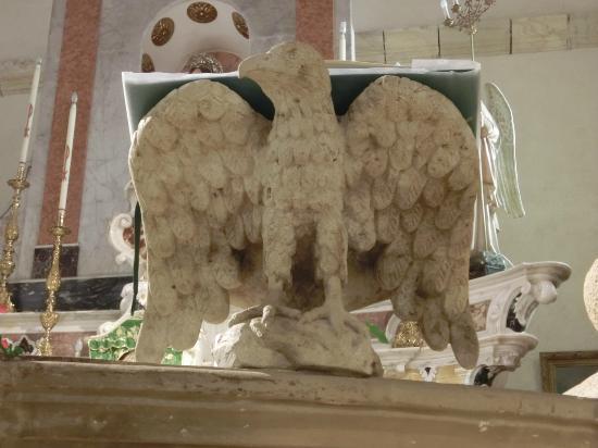 Villanovaforru, Italia: Spettacolare leggio in pietra magistralmente scolpito