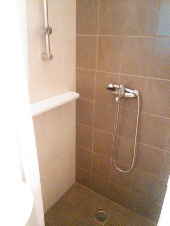 Manto Hotel: シャワーは可動式で日本人好み