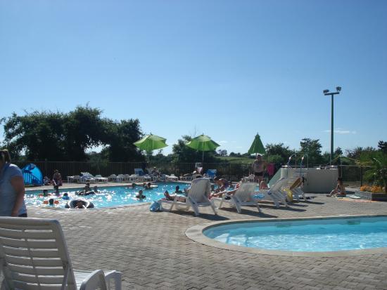 Camping du Lac de Bonnefon: vue sur la piscine et son jaccuzi 8 places chauffés
