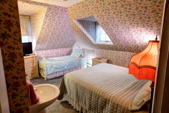 The Luther Ogden Inn: Room 3 - Queen and twin bed, private bath, TV, AC, fireplace