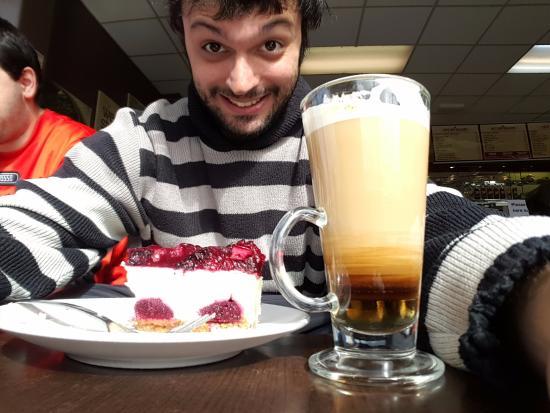 TheWestStore Coffee Shop: Comiendo una torta de cheescake y bananaccino