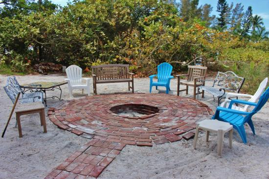 Rolling Waves Cottages: Fire pit for evening conversations at Rolling Waves