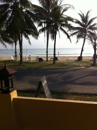 Terra Selisa Dolphin Beach Resort Hua Hin : ติดทะเลแค่ถนนกั้น