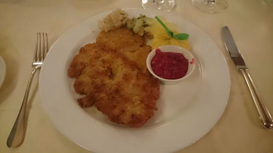 Hotel and Restaurant Alte Rheinmuhle: Wienerschnitzel mit Kartoffelsalat