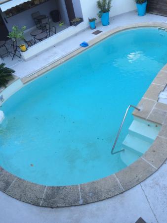 Hotel Le Medieval : piscine insalubre
