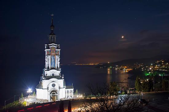 Malorechenskoe: Вид на храм ночью