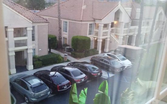 Staybridge Suites Chatsworth: Cramped parking