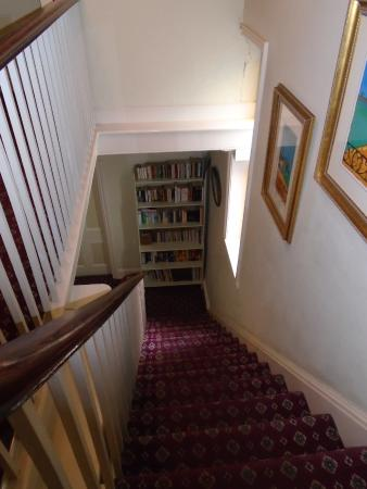 Riverbank Guest House: Beautiful bookcase