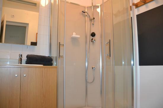 Sainte-Honorine-des-Pertes, France : salle de douche chambre rouge